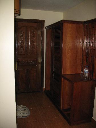 โรงแรมอังกอร์ เพิร์ล: Entry and closet, the bathroom is to the left
