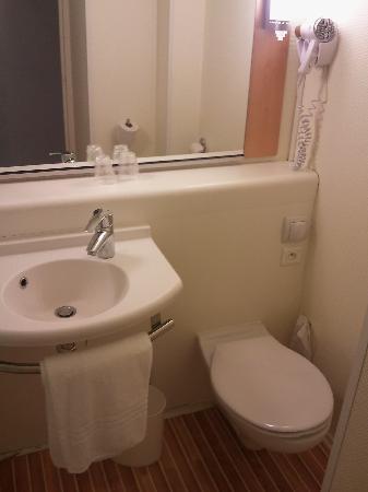 Ibis Marne La Vallee Emerainville : salle de bain