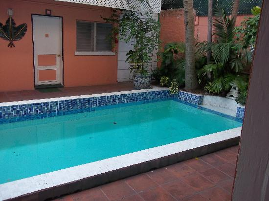 Towne Hotel: Pool from oure door step