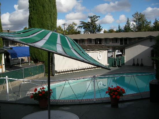 Cedar Lodge Inn: Outdoor Seasonal Pool