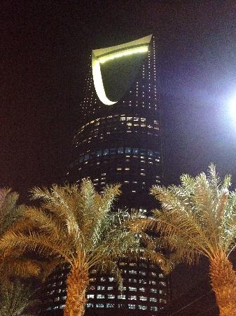 Kingdom Centre: After Sundown, looking up at the tower