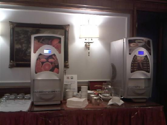 Hotel Arcangelo: maquinas del cafe y zumo