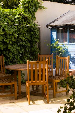 The Chocolate Box Hotel: Marlins Courtyard Garden