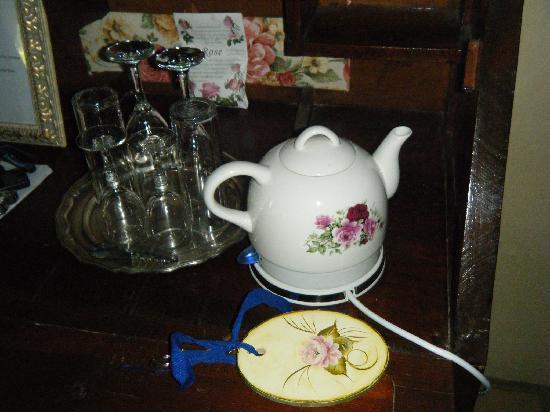 Villa Toscana Boutique Hotel: detail: electric jug in Laura Ashley room