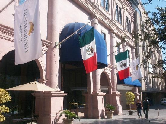 Krystal Monterrey: entrada desde la plaza
