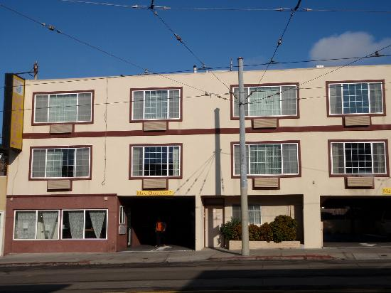Oceanview Motel: Front with entrance to parking.  All rooms on 2nd & 3rd floors.