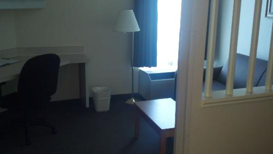 Quality Inn: Desk and Couch Area