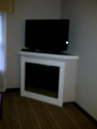 Residence Inn Erie: TV and fireplace in living room (again....sorry it's blurry)