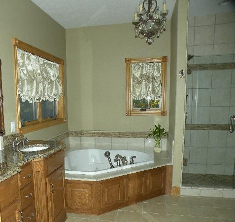 Mountain Memories Bed and Breakfast: Luxury baths