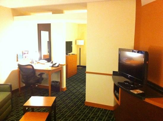 Fairfield Inn & Suites San Antonio Downtown/Alamo Plaza: desk and living room area