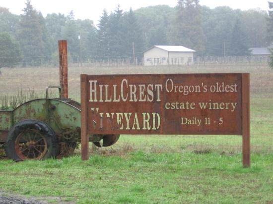 HillCrest Winery and Distillery: the entrance from the road