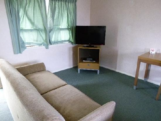 Cypress Court Motel: Comfortable living room