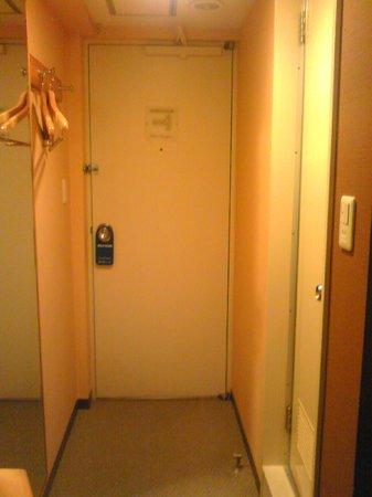 Diamond Hotel: ドア、右手にバス・ルーム