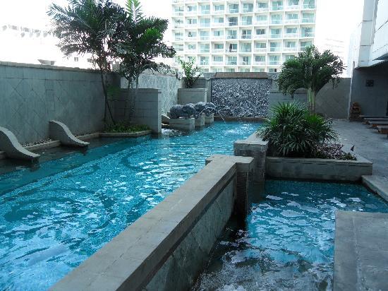 โรงแรมมาเจสติก แกรนด์: Pool on the 7th Floor