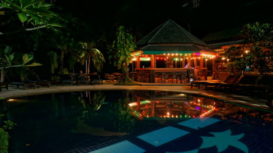 Sand Sea Resort & Spa: Pool and bar by night