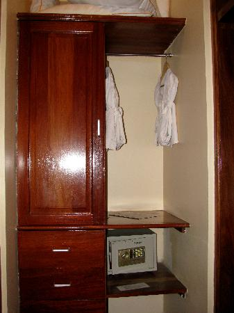 East African All Suite Hotel & Conference Centre: Closet - Bathrobes, extra pillows, in-room safe