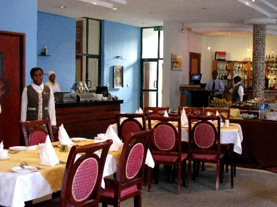 East African All Suite Hotel & Conference Centre: Breakfast Buffet w/Omelet Station and Bar Lounge