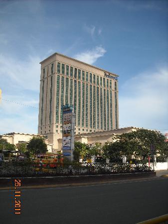 Radisson Blu Cebu: Modern Building. Great sight from the streets !