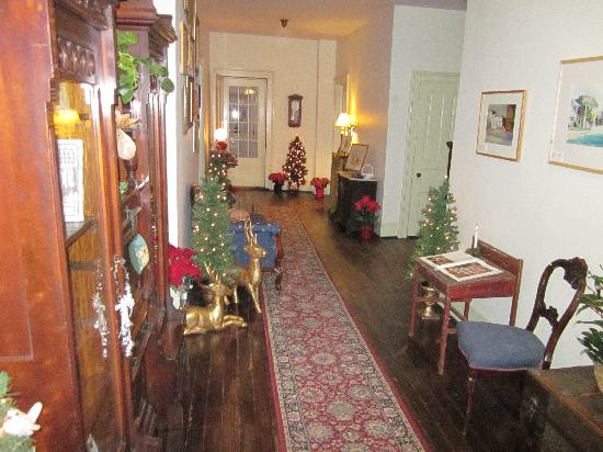 Holladay House Bed and Breakfast : first floor hallway