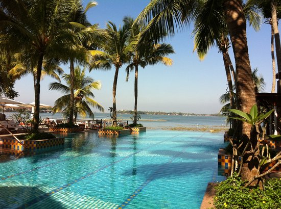Vivanta by Taj - Malabar: The infinity pool and bar