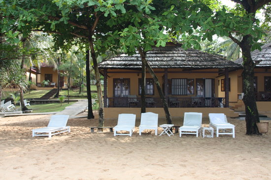 Sea Star Resort Phu Quoc: beach loungers infront of beach villa with sea view villas behind!