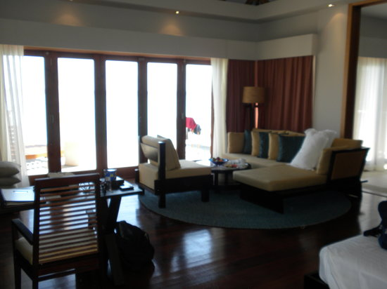 Vakarufalhi Island Resort : Water bungalow (couldn't fit in the bed or spacious bathroom)