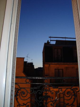 Hotel des Arts Bastille: view from the room at dusk
