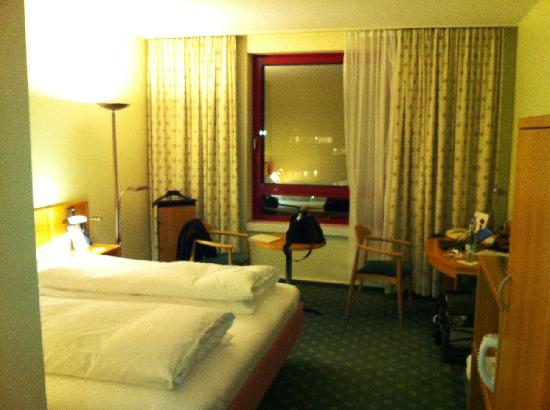 The Rilano Hotel Frankfurt Oberursel: Smallish room, but very comfortable