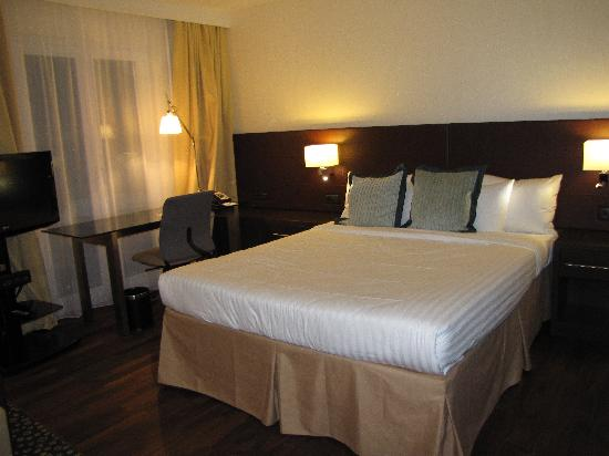 Residence Inn München City Ost: Bed and work area