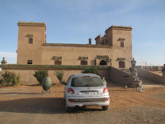 Auberge Kasbah Leila: parking en la entrada del desierto