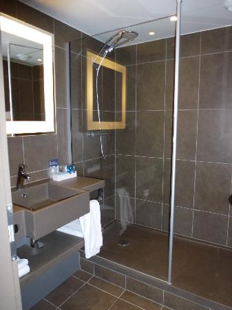 Novotel Brussels Centre: Praktisches Bad mit Regendusche