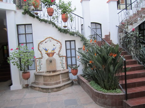 El Hotel de Su Merced: view from entryway