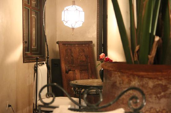 Riad Bamaga Hotel: communal area, beautifully decorated