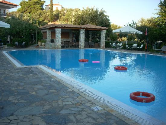 Hotel Europa Olympia: The pool is enormous and is equipped with a bar and taverna.