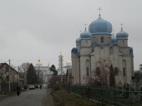 Pochayev, Ucrania: St Nicholas Church with Pochaev Lavra in the Background
