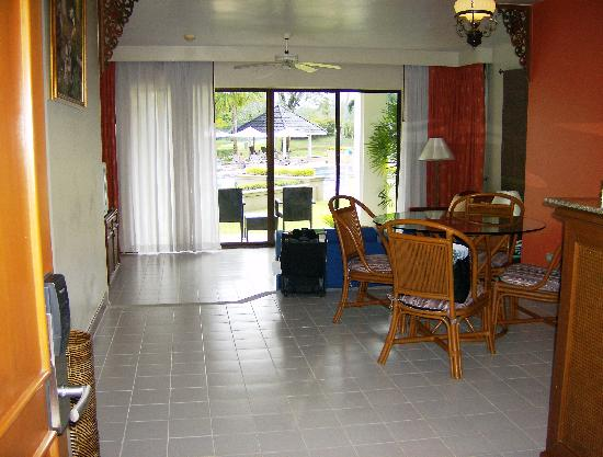 Allamanda Laguna Phuket: Family room, sittng area and dining area