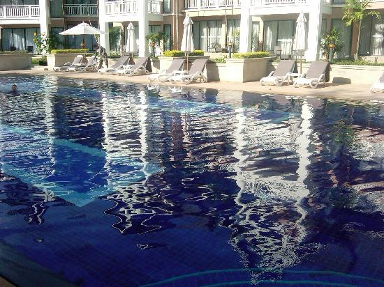 Allamanda Laguna Phuket: Pool area with sun deck chairs