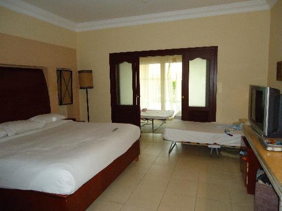 Coral Sea Holiday Village: junior suite room