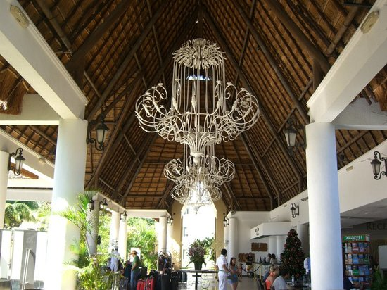 Sandos Caracol Eco Resort: Lobby area, love those huge chandeliers!