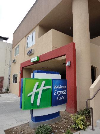 Holiday Inn Express - Los Angeles Downtown West : Entrance to Front Desk and Parking Garage