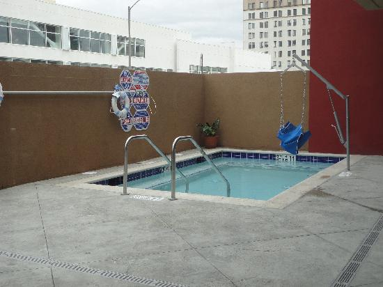 Holiday Inn Express - Los Angeles Downtown West: Swimming pool - very small and faces main street