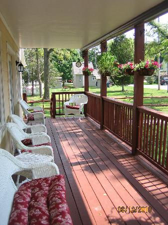 Ahoy Inn: Relaxing front porch