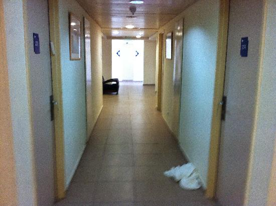 Savyonei Hagalil Hotel: These towels thrown at the corridor remained on the floor during the whole weekend