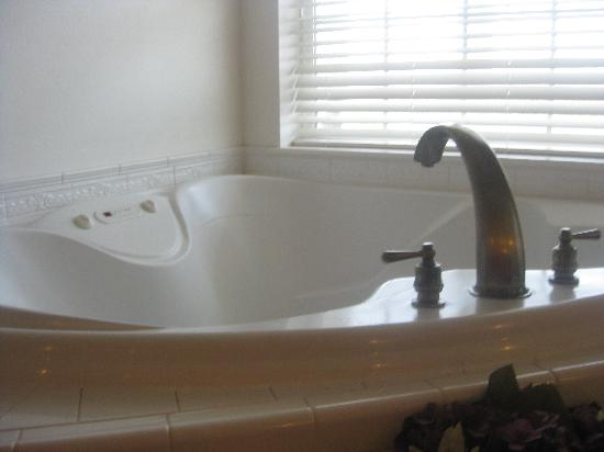 Judith Ann Inn: Jacuzzi Tubs overlooking the Ocean