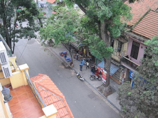 Hanoi Luxor Hotel : Street Outside Hotel