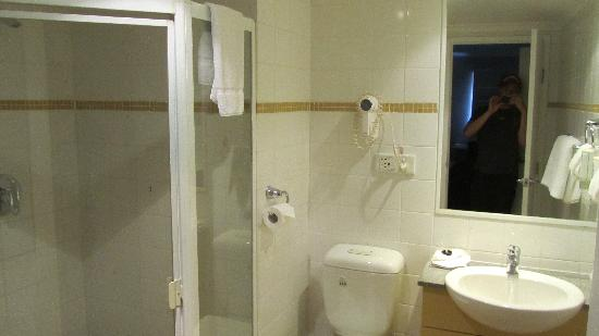Waldorf Sydney Central Serviced Apartments : Bathroom with shower
