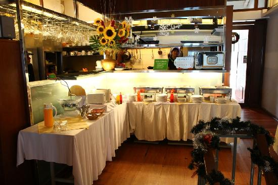 Courtyard @ Heeren Boutique Hotel: Kitchen and the buffet table