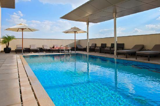 Centro Al Manhal Abu Dhabi by Rotana: Pool