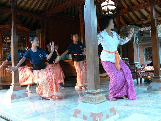 Gunung Merta Bungalows: Dance Lesson