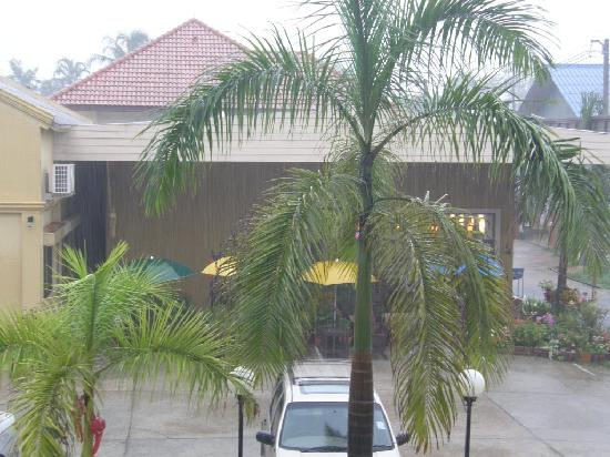 Palm Garden Hotel: Parking-Restaurant View (Raining)